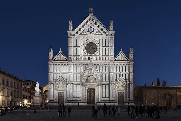 Lumière blanche dynamique pour la façade de Santa Croce